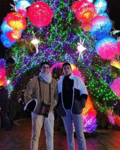 KTU student Jhosua Sebastian Hermosa Jaramillo with his brother by Kaunas Christmas tree